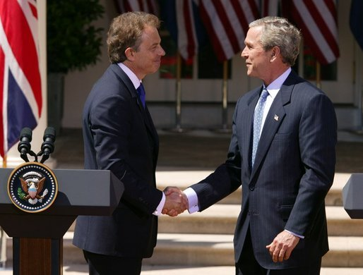 Blair_Bush_Whitehouse_(2004-04-16)